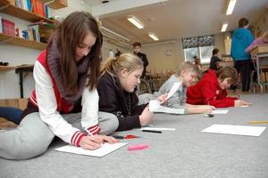 KARAKTÄRER. Hanna Samuelsson ritar ett rövarbarn tillsammans med klasskompisarna.