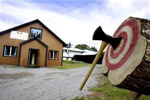 KASTAS. På lördag är det Yxans dag i Storvik. Då kan man testa yxkastning utanför Wetterlings.