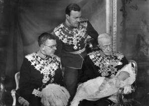 Fyra generationer tronföljare som hade bättre tur i födelselotteriet. Fr v Kronprins Gustaf Adolf, prins Gustaf Adolf, kung Gustaf V med prins Carl Gustaf i knät.