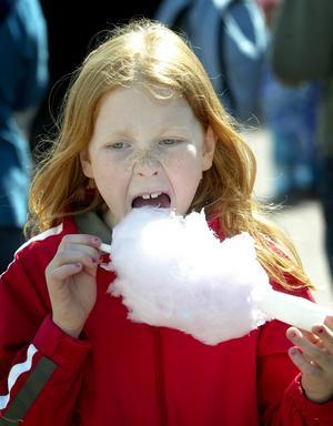 Mumsade. Gott med spunnet socker tyckte Emilia Holmström som rest in från Smedjebacken för att gå på marknaden i Ludvika.