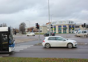 Bussförarna får ett eget körfält utanför Röda torgets cirkulationsplats när de ska ut på Björnövägen. Likadant blir det när de kommer från Malmabergsgatan och ska in mot centrum.