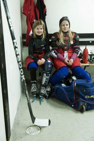 Johannna Eldebäck 10 år och Linnea Nordström 11 år tillhör de yngsta i hockeylaget.
