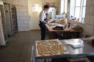 En plåt med kakor är klara och nu ger Kärsti sig på en matbrödsdeg.