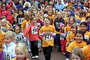Foto: LASSE WIGERTStart. Det var många som trotsade regnet för Minimaxruset i Regementsparken i Gävle i går eftermiddag. Barn upp till 13 år sprang loppet. Alla fick naturligtvis medalj.