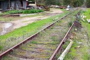 Olle Linde jobbade i många år med järnvägen, bland annat just den sträckan som nu går genom hans vingård.