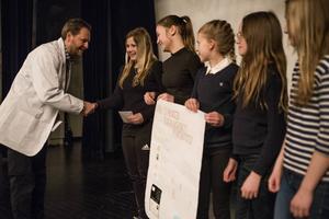 Ica-handlaren Thomas Wikström delar ut pris till eleverna Ida, Nora, Alva, Nadja och Elsa för deras koncept kring ekologiskt rörsocker.