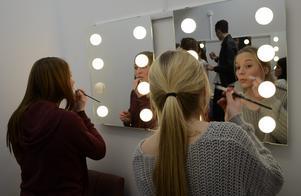 Förberedelser. Sminket ska på. Eleverna i teaterproduktionen har fått lära sig att själva klara uppgiften. Ebba Örwall och Anna Liedström gör sig klara.