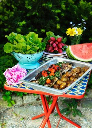 Grillat kött, färskpotatis och färska grönsaker. Mumsig sommarmiddag, men farligt att göra.