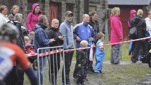 Många hade tagit sig ner till Klackberg för se cyklisternas framfart under tävlingen.