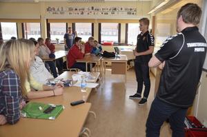 Berättar. Marcus Ericsson från Kumla, framgångsrik inom motorsport, besökte Transtenskolan.