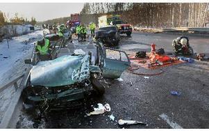 Personerna i bilarna fick klippas loss.     FOTO: STAFFAN BJÖRKLUND