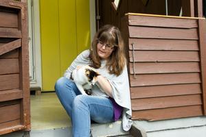 Zilla tillsammans med katten Saga.
