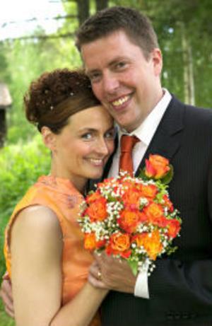 I Tällberg vigdes den 16 juli Debora Johansson och Michael Carlsson. Bruden är bördig från Skifors och brudgummen från Falun. Vigseln förrättades av Lars-Åke Lundqvist. Brudparet är bosatt i Sundsvall. Foto: Per Daniels, dalafotograferna.se