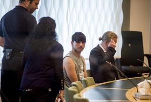 Mohammad Rajabi i häktningsförhandlingen. Till höger syns advokat Lars Jähresten. Arkivbild.