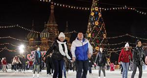 På Röda Torget åker folk skridskor med gran och julstämning på plats.