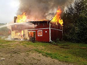 En ladugård brann ner till grunden i Rätan.