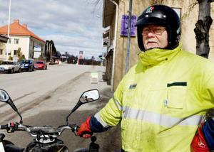 Bo Edström, Hammarstrand:– Politikerna skäller på varandra som i en barnkammare. Känns som om det är kris här jämnt och att något parti ska kunna genomföra vallöften med det underskott som kommunen har blir svårt. Att gå samman med en annan kommun kan vara en väg, då blir det mer pengar i kassan att röra sig med.