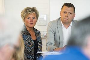 Anne-Bell Strömmberg (S), omsorgsnämndens ordförande, tillsammans med partikamraten och kommunalrådet Per Nylén under presskonferensen, där kommunen var ovanligt väl representerad.