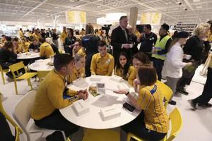 Frukost för Ikea-personalen före den stora invigningen.