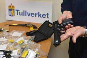 För Centerpartiets del är det kampen mot illegala vapen och vapensmuggling som måste stå i centrum när det gäller vapenlagstiftningen och inte begränsningen av legala vapen, skriver två centerpartister.