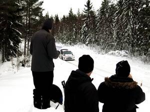 Snödrivorna och snöhögarna längs vägarna gav publiken bra möjligheter att följa bilarnas framfart.