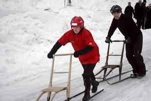 Spurtstrid. Camilla Edvardsson ledde knappt före Leif Eriksson när hon tappade balansen på mållinjen i finalen, och de båda lagen fick till slut dela segern i årets Noramästerskap i sparkstötting.