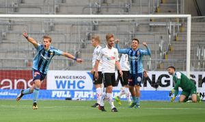 Djurgårdens Felix Beijmo jublar efter 2-0, djurgårdsbackens första mål i allsvenskan. Johan Mårtensson, Sebastian Ring och Oscar Jansson deppar.
