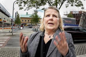 Irene Sundin Hansson är inte förtjust i alla nyplanterade björkar på Brotorget i Bollnäs.