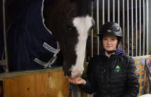 Michelle med Udermus, som kommer att vara den häst hon rider i sommarens tävlingar i hästklassen.