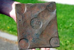 Här är ett kopparmynt från 1649, gjort med koppar från Falun. Året efter att det framställdes hamnade det på Storsjöns botten, då båten som det transporterades på förliste. Myntet och vraket hittades igen 1889.
