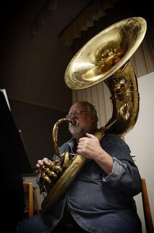 Bo Ekenstaf spelar tuba i Ströms bruksorkester. Instrumentet väger cirka 15 kilo.