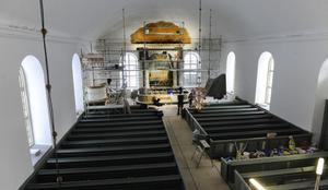 Molnet ovanför den profilerade listen vid altaret fick trots allt vara kvar. Altartavlan och utsmyckningen till är utförd av Fredrik Blombergsson, brorson till den mer berömde Svante Albert Blombergsson från Hanebo. Molnet föreställer himmelsblåa skyar där solen tränger igenom.