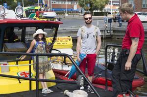 Besökare Jakob Vidarsson med dottern Hanna Karlsson informeras av Robin Skog om vilket räddningsområde sjöräddningssällskapet har i västra mälaren