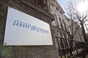 I huset på Floragatan i Stockholm har Sandrews verkat sedan 70-talet. Nu läggs verksamheten ned, med undantag för Sandrewstiftelsen (som delar ut stipendier till unga skådespelare och konstnärer) som blir kvar i huset.