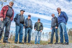 Locknesjöns vänner driver en hård kampanj mot planerna att dra en 2,5 kilometer avloppsledning från Ångsta över Locknesjön.
