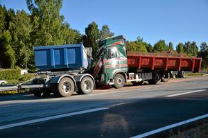 Den ena av de tre inblandade lastbilarna for in i bakpartiet på en av de andra och förarhytten trycktes ihop. Dessa båda fordon kom norrifrån.