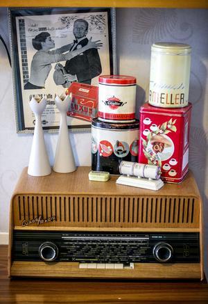 På köksbänken står en Luxorradio.