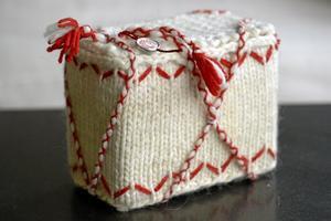 hantverk. Ett paket stickat i Lovikka av en av damerna i Husmodersföreningen.