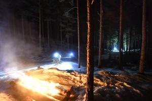 Nattvasaåkarna kommer in till den jätteisborg som byggts av Älvdalens utbildningscenter och möts av stockeldar.