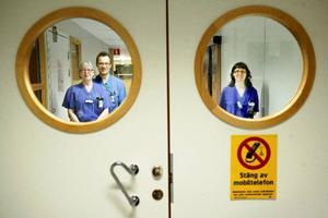 Sjuksköterskan Karin Westin, narkosöverläkaren Mattias Schindele och sjuksköteskan Eva Nilsson på IVA ser fram mot att träffa sina före detta patienter.  Foto: Henrik Flygare