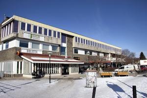 I bortre änden av centrumhuset finns Wesslegårds hotell och restaurang som är en del av Ninjas kök AB.