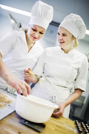 Elin Hallström och Amanda Dahlsten läser båda kursen choklad & konfektyr på 100 timmar.