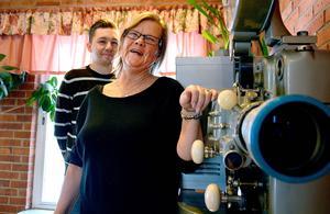 Efter 27 år som föreståndare på Forum Folkets hus så tackar nu Ingrid Hammarberg för sig och överlämnar ansvaret till sin efterträdare Adam Gustafsson.