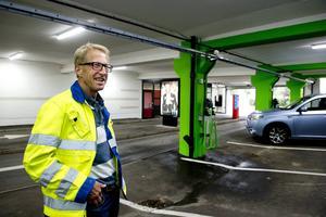 Projektansvarige Tomas Lindbäck berättar att pelarna på de olika planen har målats i olika färger – så bilister lättare hittar rätt. På bottenplan är pelarna gröna och där finns också sex snabbladstationer för elbilar. Kommunen vill profilera sig som elhybridtänkande.