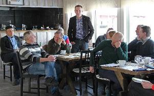 Pyry Niemi (S) delade uppfattningen att förslaget till nytt jordbruksstöd är olyckligt. Länst till vänster två av arrangörerna, Pär Magnusson och Peter Forslund. FOTO: EVA HÖGKVIST