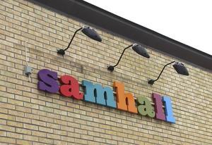 De glatt färgade bokstäverna på Samhalls logga speglar den glada stämningen i lokalerna.