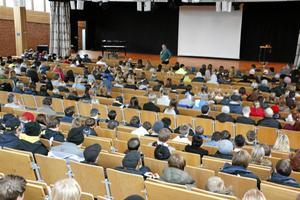 Välfylld aula. På tisdagen gästades Lindeskolan av EU-parlamentarikern Kent Johansson.