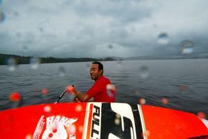 Sebastian Hansen kliver ned i vattnet.