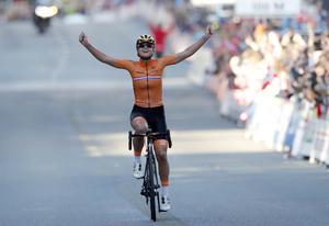 Nederländska Chantal Blaak vann solo, efter att ha kommit med i en sjumannagrupp uppför sista backen, elva kilometer före mål, och sedan lyckats bryta sig fri från den. I mål var hon 28 sekunder före 40-mannaklungan som spurtade om silvret.