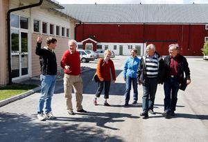 Andreas Carlsson på Jilu, längst till vänster och Ida Olofsson i mitten, visar de norska gästerna runt på Torsta där en del av utbildningen ska ske.   Foto: Jan Andersson